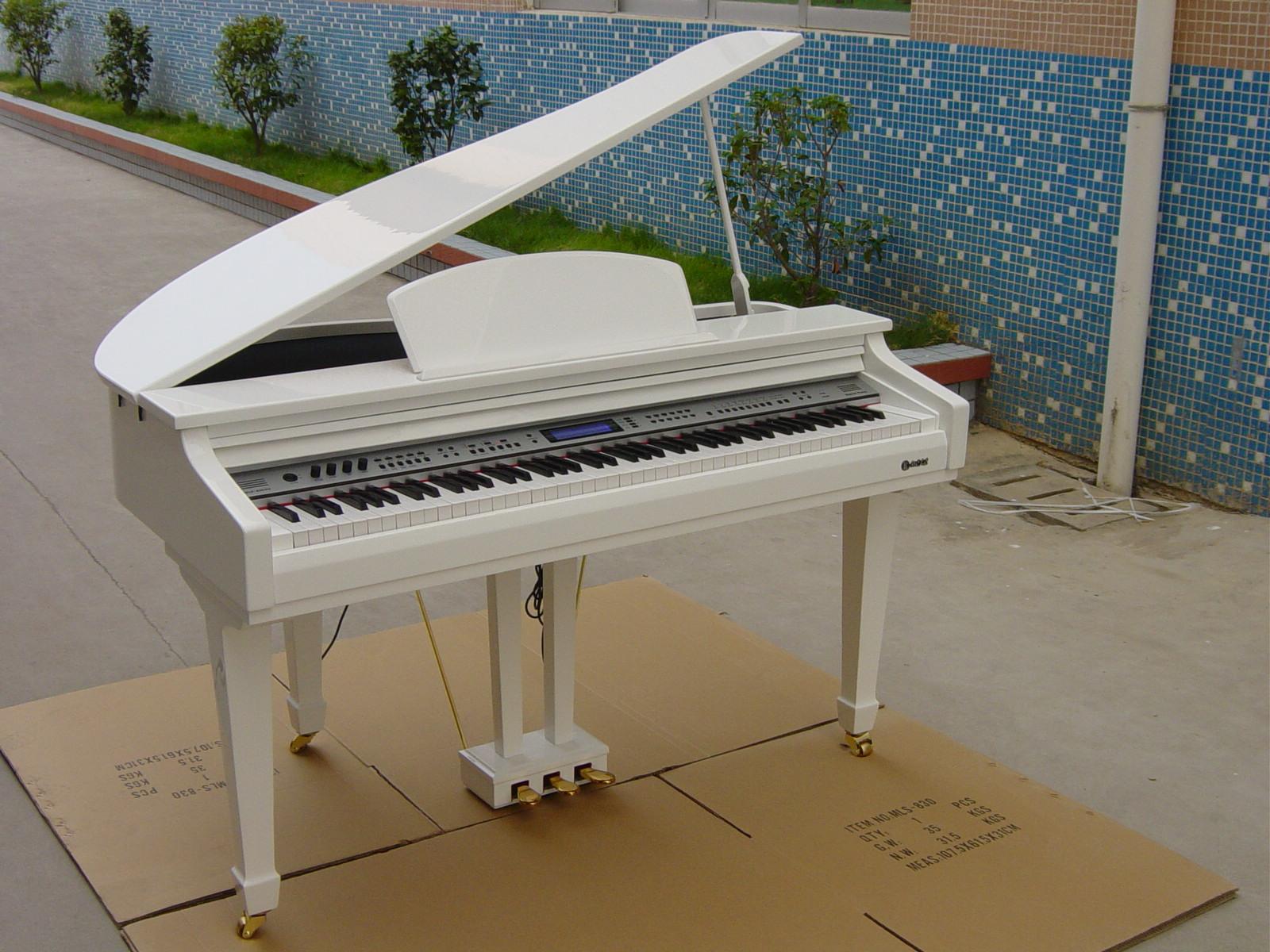 > 白色电三角钢琴展示店
