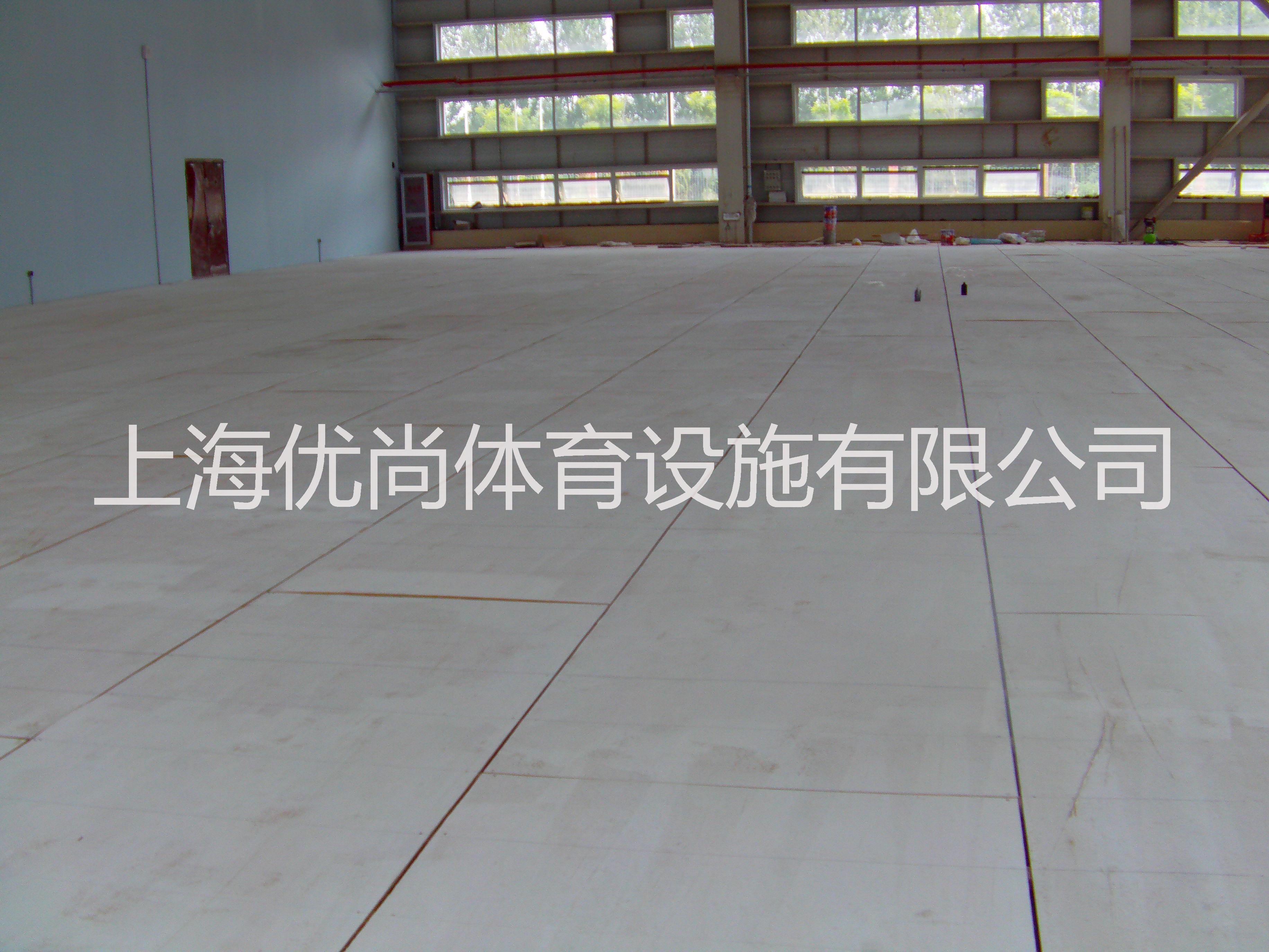 地址:上海市普陀区曹杨路1040号中谊大厦15楼北座 电话:021-62161512 021-62161522 手机:18602156706 一片标准网球场地的占地面积不小于670平方米(南北长36.6米(南北长)东西宽18.3米),这一尺寸也是一片标准网球场地四周围挡网或室内建筑内墙面的净尺寸。在这个面积内,有效双打场地的标准尺寸是:23.