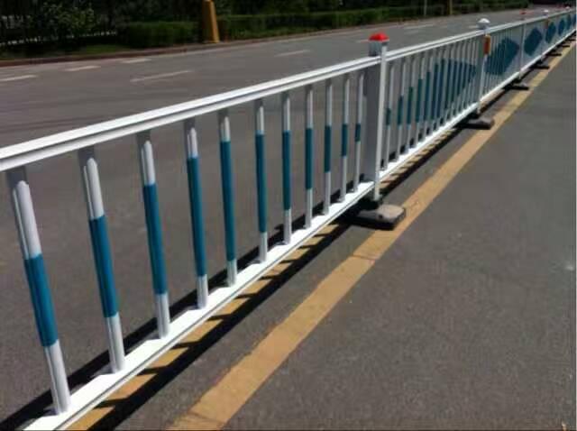 市政护栏-乌鲁木齐道路中心隔离护栏报价图片
