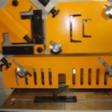 冲剪机,板子一般采用冲孔剪切设备及剪板冲孔,剪口于一体的多工能裁断机