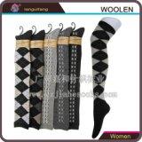 广州长筒羊毛袜订做厂 单针筒菱形提花长筒羊毛袜 时尚女羊毛袜加工