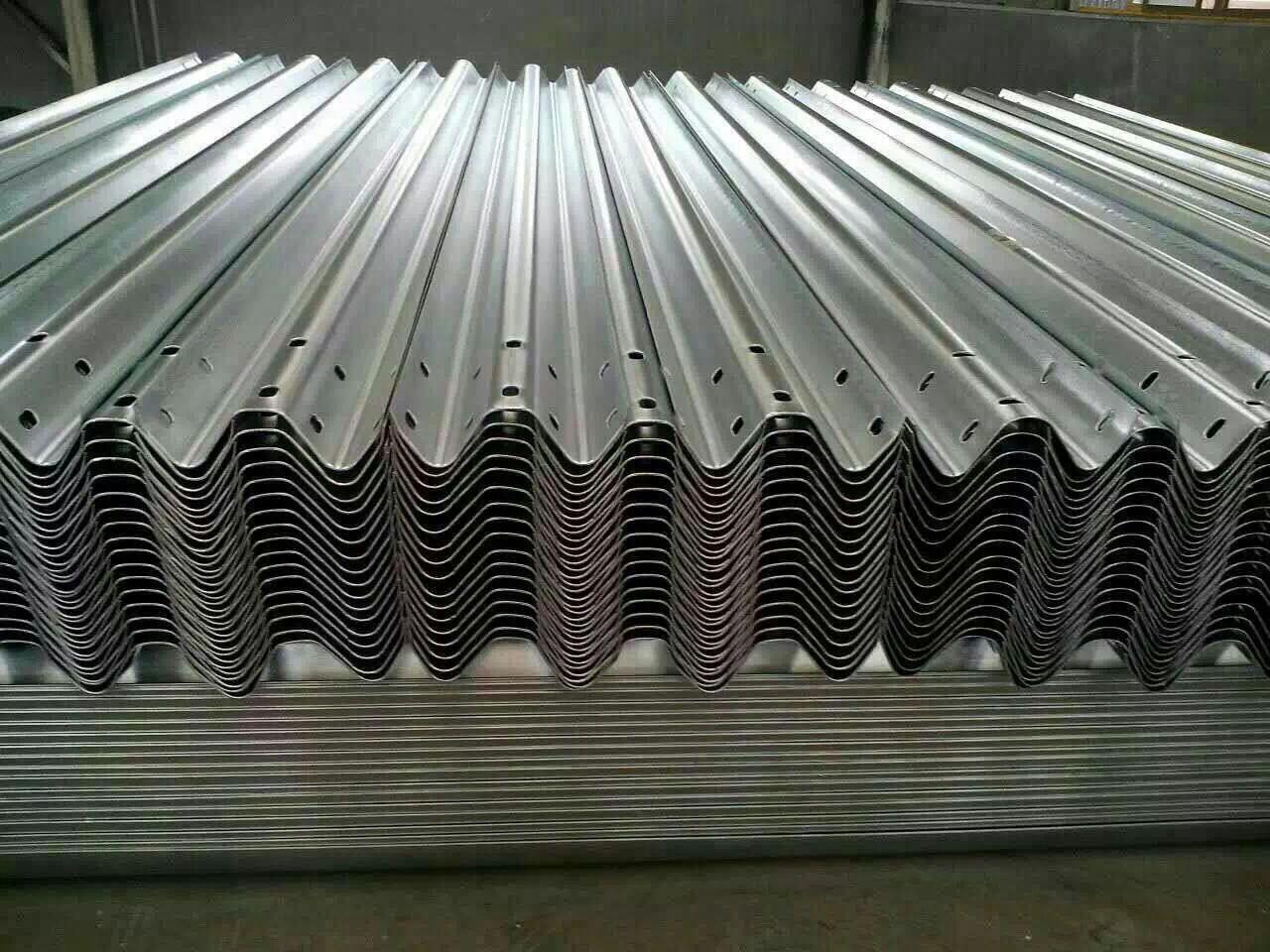 供应高速公路交通防撞波形梁护栏板市政热镀锌喷塑安防隔离钢护栏 山东波形梁护栏板