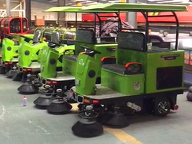 三轮驾驶型扫地车   柳宝LB-1500三轮驾驶式扫地车