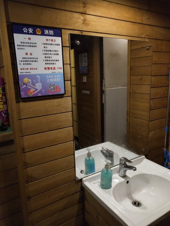 长沙洗手间广告 如何在洗手间里做一个成功的广告 卫生间广告制作 找华盾广告公司